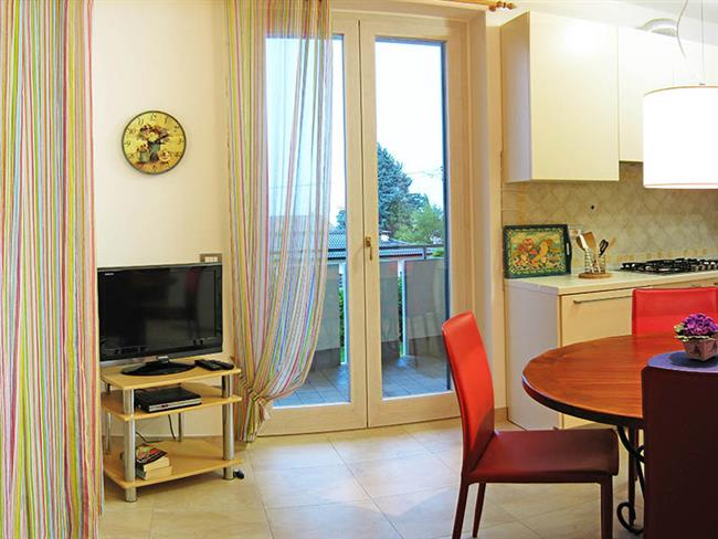 Wohnküche mit Zugang zum Balkon