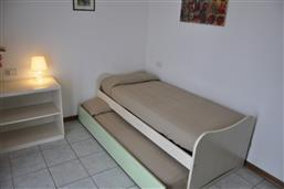 Bett und eins Ausziehbarbett